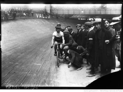 Bol d'or 1908, Dortignac remonte en selle : [photographie de presse] / [Agence Rol]